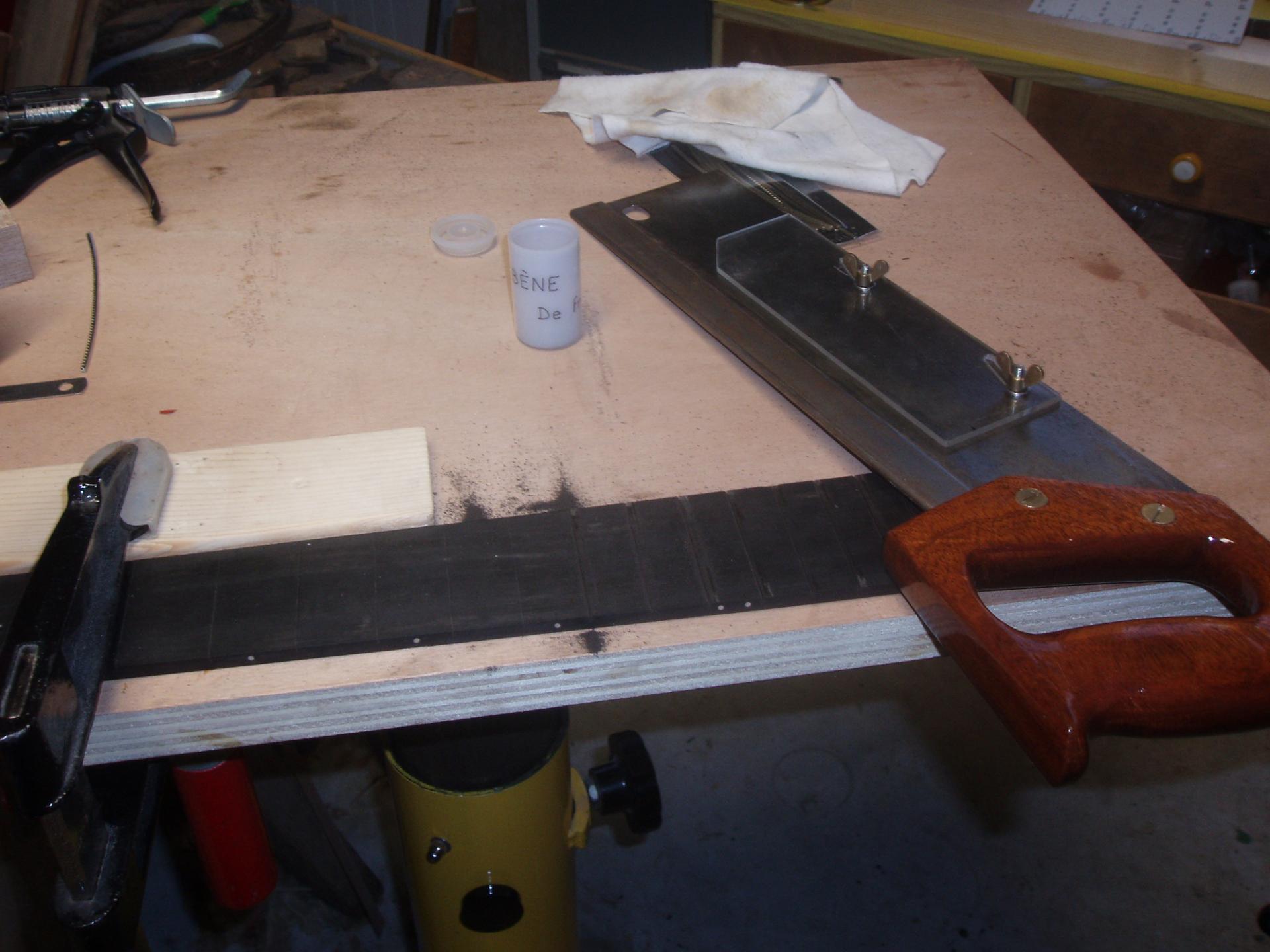 05 decoupe pour les frettes a la scie lame de recup affutee et ajustee pour les frettes avec son nouveau manche au vernis tous juste sec